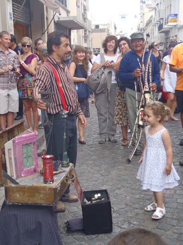 Street performer dazzles the entire crowd at Mercado San Telmo on an overcast Sunday in November.