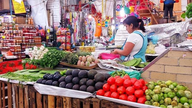 aguacate and jítomate inside Mercado Medellín